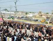 اٹک: شین باغ گاؤں میں9ویں محرم الحرام کے جلوس کے موقع پر عزادار زنجیر ..