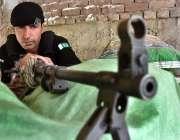 پشاور: محرم الحرام کے حوالے سے سیکیورٹی اہلکار الرٹ کھڑا ہے۔