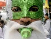 لاہور: اردو بازار میں یوم آزادی کی مناسبت سے چیزیں فروخت کرنیوالا شخص ..