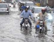 لاہور: شہر میں موسلا دھار بارش کے بعد گڑھی شاہو چوک میں پانی جمع ہے۔