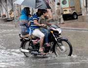 راولپنڈی: جامع مسجد روڈ پر شدید بارش کے دوران ایک موٹر سائیکل سوار فیملی ..