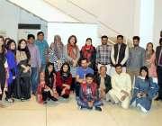 لاہور: الحمراء میں نقش سکول کی پینٹنگ نمائش کے موقع پر شرکاء کا گروپ ..