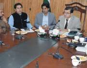 حافظ آباد: ڈپٹی کمشنر نوید شہزاد مرزا امن کمیٹی کے اجلاس سے خطاب کر ..
