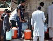 راولپنڈی: پانی کی قلت کے باعث شہری واٹر فلٹریشن پلانٹ سے پینے کا پانی ..