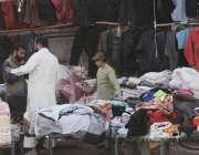 اسلام آباد: شہری روڈ کنارے سٹال سے گرم کپڑے خرید رہے ہیں۔