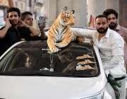 راولپنڈی: عام انتخابات 2018  مسلم لیگی کارکن گاڑی پر شیر کا نشان لگائے ..