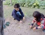 لاہور: بچے اپنے گھر کے لان میں کھیل رہے ہیں۔