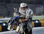 اسلام آباد: ایک معمر شخص پیٹ پالنے کے لیے بھیک مانگ رہا ہے۔