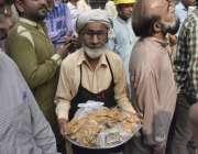 لاہور: انارکلی بازار میں تجاوزات کیخلاف گرینڈ آپریشن کے دوران ایک معمر ..