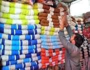 اسلام آباد: دکاندار گاہکوں کو متوجہ کرنے کے لیے رضائیاں سجا رہا ہے۔
