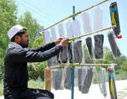 اسلام آباد: محنت کش سڑک کنارے دستانوں کا سٹال لگائے گاہکوں کا منتظر ..