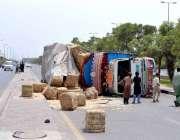 لاہور: ایک ٹرک اوور سپیڈنگ کی وجہ سے رنگ روڈ پر الٹا پڑا ہے۔