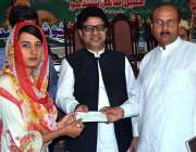 سرگودھا: وزیر مملکت برائے انسانی حقوق خلیل طاہر سندھو ایک طالبہ کو ..