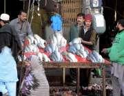 اسلام آباد: شہری کھنہ پل سٹال سے مچھلی خرید رہے ہیں۔