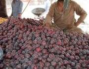 اسلام آباد: وفاقی دارالحکومت میں ریڑھی بان فروخت کے لیے آلوبخارہ سجائے ..