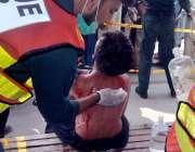 اٹک: ریسکیو اہلار زخمی عزادار کو طبی امداد دے رہے ہیں۔
