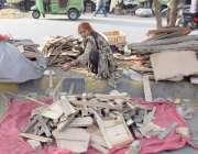 لاہور: ایک خاتون سرکلر روڈ پر چولہا جلانے کے لئے لکڑیاں اکٹھی کر رہی ..