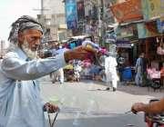 فیصل آباد: محنت کش گاہکوں کو متوجہ کرنے کے لیے بلبلے بنا رہا ہے۔