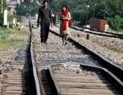 راولپنڈی: مڑیڑ ریلوے ٹریک پر شہری کسی خطرے کی پرواہ کیے بغیر گفتگو میں ..