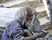 اسلام آباد: ایک معمر شخص سڑک کنارے سگریٹ پی رہا ہے۔