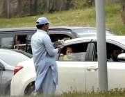 اسلام آباد: محنت کش گھروالوں کی کفالت کے لیے ٹریفک سگنل پر کھڑا اناریل ..