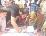 لاہور: عام انتخابات 2018  تحریک انصاف کے کیمپ میں ایک ووٹر فہرست میں اپنا ..