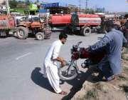 راولپنڈی: ٹریفک جام کی وجہ سے دو شہری موٹر سائیکل کو اٹھا کر سڑک کراس ..