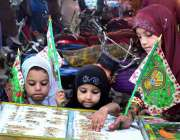 حیدر آباد: بچے عید میلاد النبیﷺ کے حوالے سے خریداری کر رہے ہیں۔