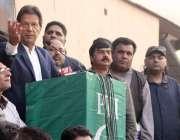 لاہور: چیئرمین پاکستان تحریک انصاف عمران خان گارڈن ٹاؤن میں کارکنوں ..