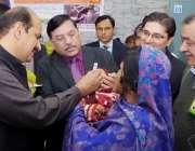 پاکپتن: ڈپٹی کمشنر عرفان احمد سندھو ڈی ایچ کیو ہسپتال میں بچے کو پولیو ..