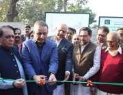 لاہور: سینئر صوبائی وزیر عبدالعلیم خان کلین اینڈ گرین مہم کے تحت گرین ..