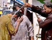 راولپنڈی: شہری گرمی کی شدت سے بچنے کے لیے نہا رہے ہیں۔