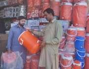 لاہور: ایک شہری موسم گرمی کی آمد کے باعث دکان سے پانی والا کولر خرید ..