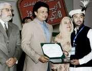 لاہور: صوبائی وزیر ہائر ایجوکیشن سید رضا علی گیلای پوزیشن ہولڈرز اور ..