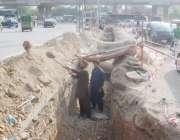 لاہور: کوئنز روڈ پر مزدور بجلی کی انڈر گراؤنڈ تاریں بچھانے کے لیے کھدائی ..