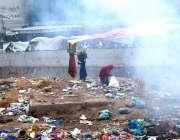 اسلام آباد: خانہ بدوش خواتین کچرے کے ڈھیر سے کارآمد اشیاء تلاش کر رہی ..