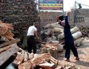 ملتان: مزدور ٹال پر لکڑیاں کاٹنے میں مصروف ہیں۔