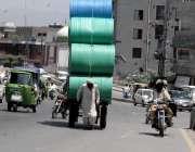 راولپنڈی: محنت کش سخت دھوپ میں ریڑھے پر سامان لادھے منزل کی طرف رواں ..