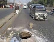 فیصل آباد: سرگودھا روڈ پر کھلا مین ہول کسی حادثے کا سبب بن سکتا ہے، انتظامیہ ..