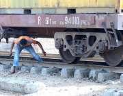 حیدر آباد: ایک شخص کسی خطرے کی پرواہ کیے بغیر ٹرین کے نیچے سے گزر رہاہے ..