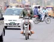 ملتان: موٹر سائیکل سوار نے دھوپ سے بچنے کے لیے چہرے پر رومال لپیٹ رکھا ..
