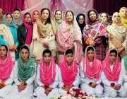 راولپنڈی: مقامی کالج میں منعقدہ نعتیہ محفل کے موقع پر طالبات کا پرنسپل ..