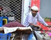 اسلام آباد: محنت کش سائیکل پر فالسہ رکھے گاہکوں کا منتظر ہے۔