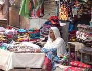 کراچی: ایک معمر محنت کش خاتون گھر کی کفالت کے لیے کپڑے کا سٹال لگائے ..