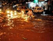راولپنڈی: گزشتہ رات ہونے والی بارش کے بعد امام باڑہ چوک تالاب کا منظر ..