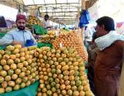 چنیوٹ: شہری سستا رمضان بازار سے آم خرید رہا ہے۔