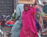 لاہور: ایک خاتون گھر کا چولہا جلانے کے لیے لکڑیاں اکٹھی کر کے لیجا رہی ..