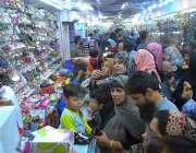 حیدر آباد: عید کی تیاریوں میں مصروف خو اتین بچوں کے جوتے خرید رہی ہیں۔