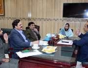 فیصل آباد: میئر محمد رزاق سے اسسٹنٹ کمشنر سٹی شمائلہ منظور ملاقات کررہی ..