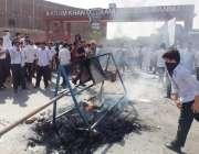 بنوں: اکرم خان درانی کالج کے طلبہ پرنسپل کی تبدیلی کے لیے ٹائر جلا کر ..